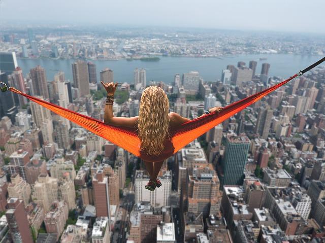 高所から都会を見下ろす女性