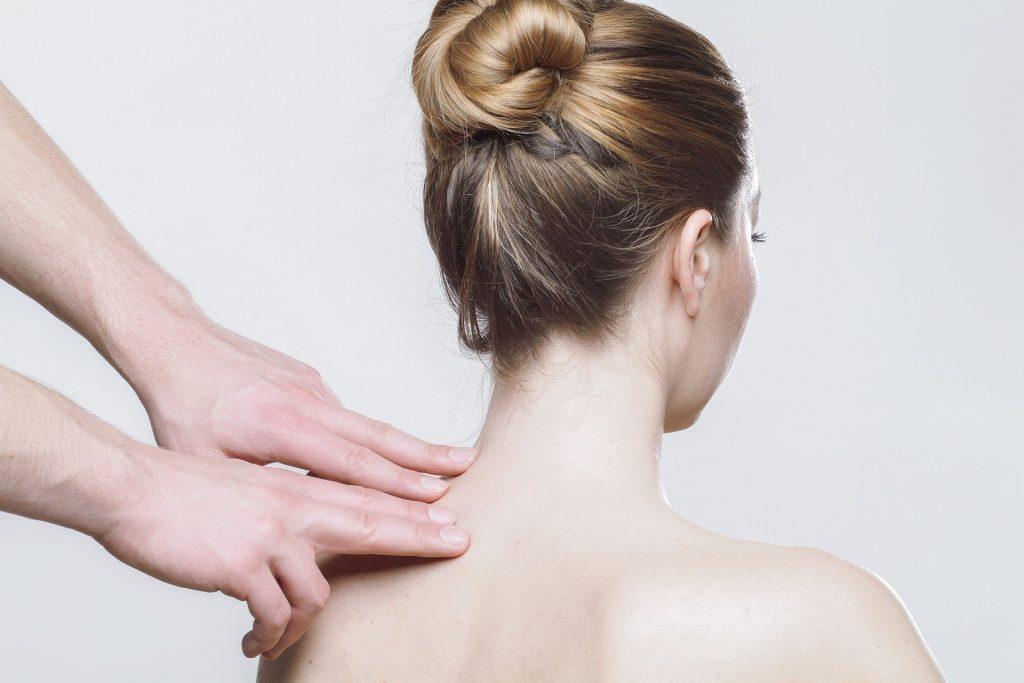 体の歪みの検査を受ける女性
