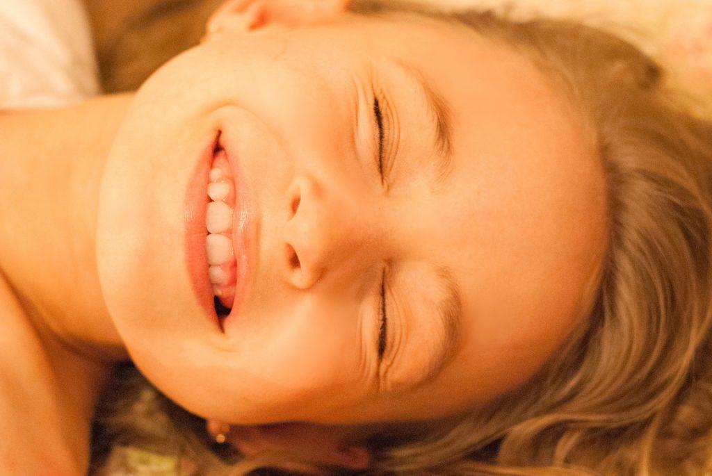 心地良さそうにほほ笑む女の子