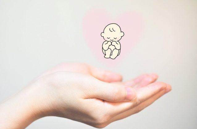 手の平の上に赤ちゃんのイラスト