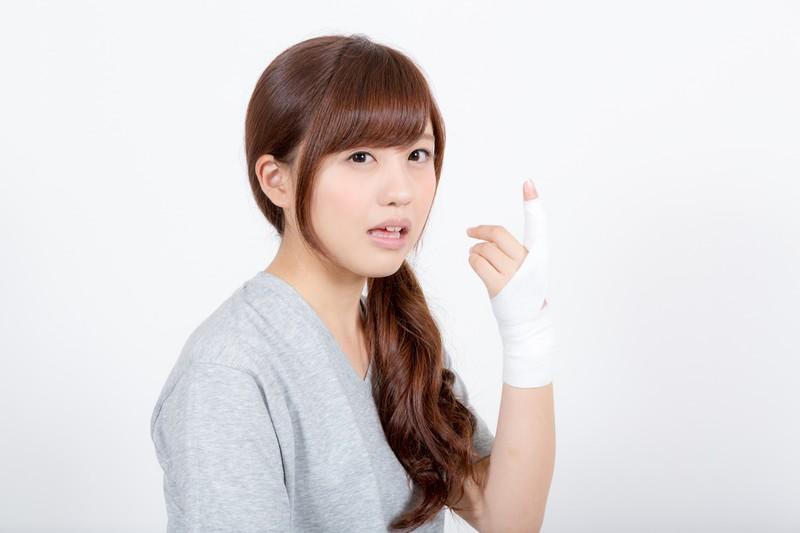 整骨院で指を固定した女性