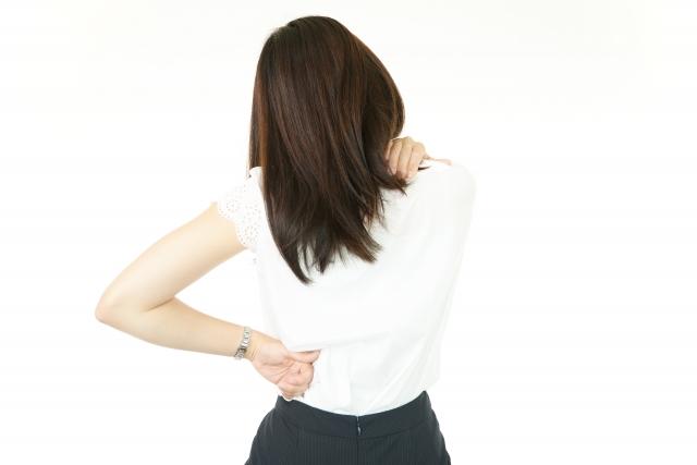肩こりと腰痛に悩む女性