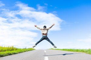 大の字にジャンプをする男性
