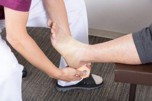 足にテーピングを巻く整骨院の施術