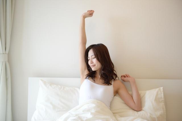 朝、リラックスして目覚める女性