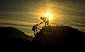 山登りをサポートする人