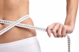 ウエストサイズを計る痩身女性